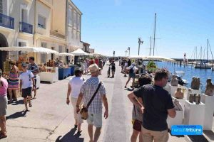Restaurants on the pretty quay at Meze 8 minutes from Domaine Saint Hilaire